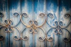 Viejas barras de hierro labradas en la puerta con el grunge y el acero oxidado b Fotos de archivo libres de regalías
