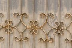 Viejas barras de hierro labradas en la puerta con el grunge y el acero oxidado b Imagenes de archivo