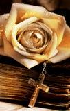 Viejas biblia y cruz de Rose Fotos de archivo libres de regalías