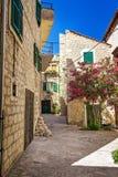 Viejas calles y yardas estrechas en la ciudad de Sibenik, Croacia imagenes de archivo