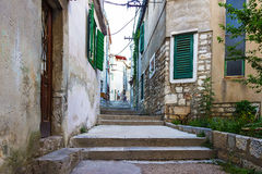 Viejas calles y yardas estrechas en la ciudad de Sibenik, Croacia fotografía de archivo libre de regalías