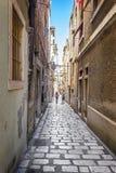 Viejas calles y yardas estrechas en la ciudad de Sibenik, Croacia imagen de archivo libre de regalías