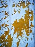 Viejas capas de pintura que pelan apagado después de los años expuestos al sol caliente imagenes de archivo