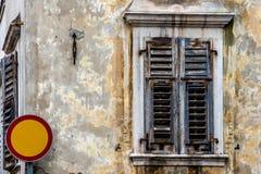 Viejas casa, ventana y señal de tráfico Fotos de archivo libres de regalías