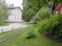 Viejas casa y yarda imagenes de archivo