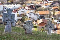 Viejas cruces en el cementerio de la iglesia del St Petka en la fortaleza de Tsari Mali Grad en el pueblo de Belchin, Bulgaria fotografía de archivo