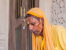 Viejas escrituras de la lectura del sadhu Imagen de archivo