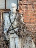 Viejas esculturas abandonadas en un parque descuidado entrelazado con las plantas, hojas caidas, el concepto de edad fotografía de archivo libre de regalías