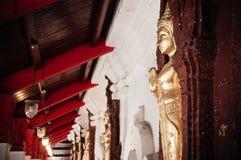 Viejas esculturas de oro de Buda a lo largo del pasillo en Wat Phra Maha imagen de archivo
