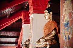 Viejas esculturas de oro de Buda a lo largo del pasillo en Wat Phra Maha fotografía de archivo libre de regalías