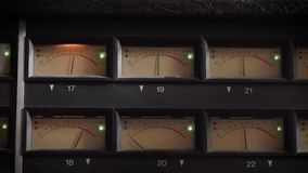 Viejas exhibiciones de los metros profesionales del vu del análogo en un estudio de grabación, midiendo y mostrando decibelios almacen de video