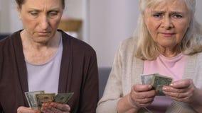 Viejas hembras desesperadas que cuentan la pequeña pensión, pobreza del pensionista, subsidio social almacen de video