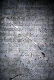 Viejas inscripciones de piedra dañadas fotos de archivo