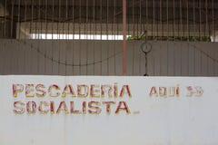 Viejas letras de mercado de pescados del socialst en la pared blanca venezuela Imagen de archivo