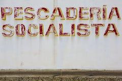 Viejas letras de mercado de pescados del socialst en la pared blanca venezuela Imagenes de archivo
