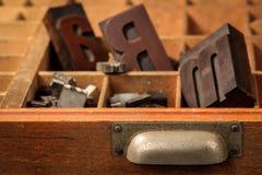 Viejas letras en un caso de letra Imágenes de archivo libres de regalías