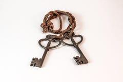 Viejas llaves de cobre amarillo pesadas Fotografía de archivo libre de regalías