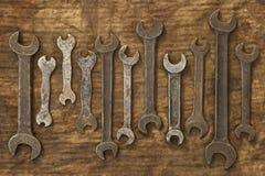 Viejas llaves inglesas en el trapo aceitoso foto de archivo libre de regalías