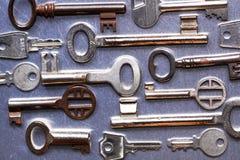 Viejas llaves pequeñas y grandes de la casa Fotografía de archivo libre de regalías
