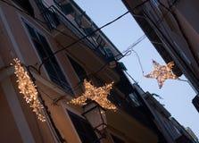Viejas luces de la Navidad de la noche del detalle de la ciudad Foto de archivo libre de regalías