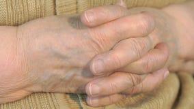 Viejas manos arrugadas de la mujer metrajes