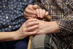 Viejas manos de los pares con el bastón imágenes de archivo libres de regalías