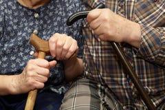 Viejas manos de los pares con el bastón imagen de archivo libre de regalías