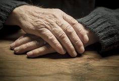 Viejas manos de rogación imagen de archivo libre de regalías