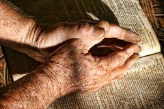 Viejas manos que ruegan Imagen de archivo libre de regalías
