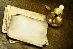Viejas paginaciones y vela Imagen de archivo libre de regalías