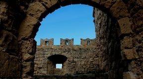 Viejas paredes y puerta históricas de la ciudad fotografía de archivo libre de regalías