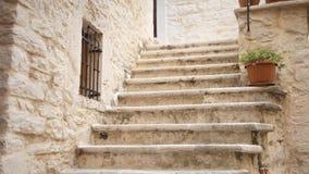 Viejas piernas de las escaleras de la ciudad metrajes