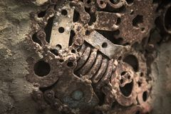 Viejas piezas abstractas de la máquina con decorativo oxidado en la textura del muro de cemento para el fondo imagen de archivo libre de regalías