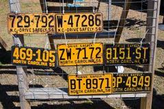 Viejas placas autos para la venta Imágenes de archivo libres de regalías