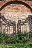 Viejas puertas del hierro en una albañilería del ladrillo Foto de archivo libre de regalías