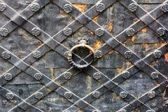 Viejas puertas del labrado-hierro imagen de archivo libre de regalías