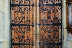 Viejas puertas del labrado-hierro imagenes de archivo