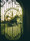Viejas puertas forjadas en castillo medieval imagen de archivo libre de regalías