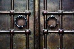 Viejas puertas metálicas de una iglesia fotos de archivo libres de regalías