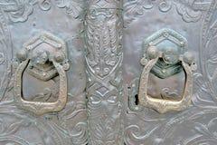 Viejas puertas metálicas de una iglesia Foto de color tomada en el monasterio de Martha y de Maria Fotografía de archivo