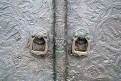 Viejas puertas metálicas de una iglesia Foto de color tomada en el monasterio de Martha y de Maria Foto de archivo libre de regalías