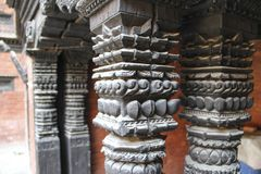 Viejas tallas de madera en la columna del templo en Katmandu, Nepal fotos de archivo