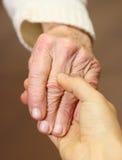 Viejas y jovenes manos Foto de archivo
