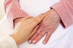 Viejas y jovenes manos en la manta blanca Foto de archivo