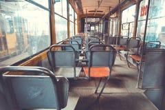 Viejo abandoden la opinión entera de la parte trasera de la tranvía imagenes de archivo