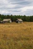 Viejo abandonada dilapidado poca casa con los edificios en el CCB Fotos de archivo libres de regalías