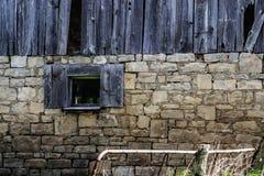 Viejo abandonado construyendo exterior de madera y de piedra del ladrillo Foto de archivo libre de regalías