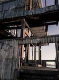 Viejo abandonado construyendo una torre para saltar en el agua Imagenes de archivo