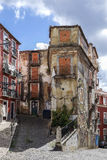 Viejo, abandonado y vacie la calle de Lisboa, Portugal Fotos de archivo