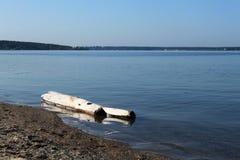 Viejo abre una sesión la orilla cercana del agua del lago Imagen de archivo